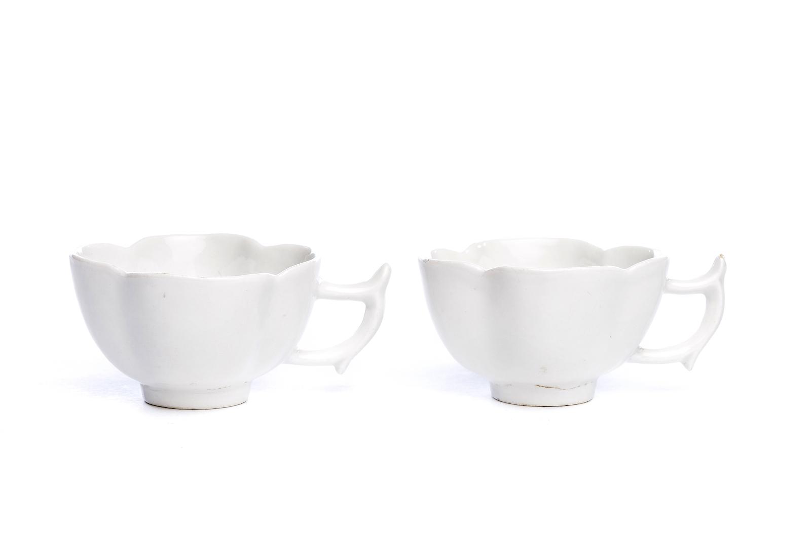 #200 Zwei kleine Tassen, weißes Böttgerporzellan, Meissen 1715 | Two small cups, white Böttger porcelain, Meissen 1715 Image