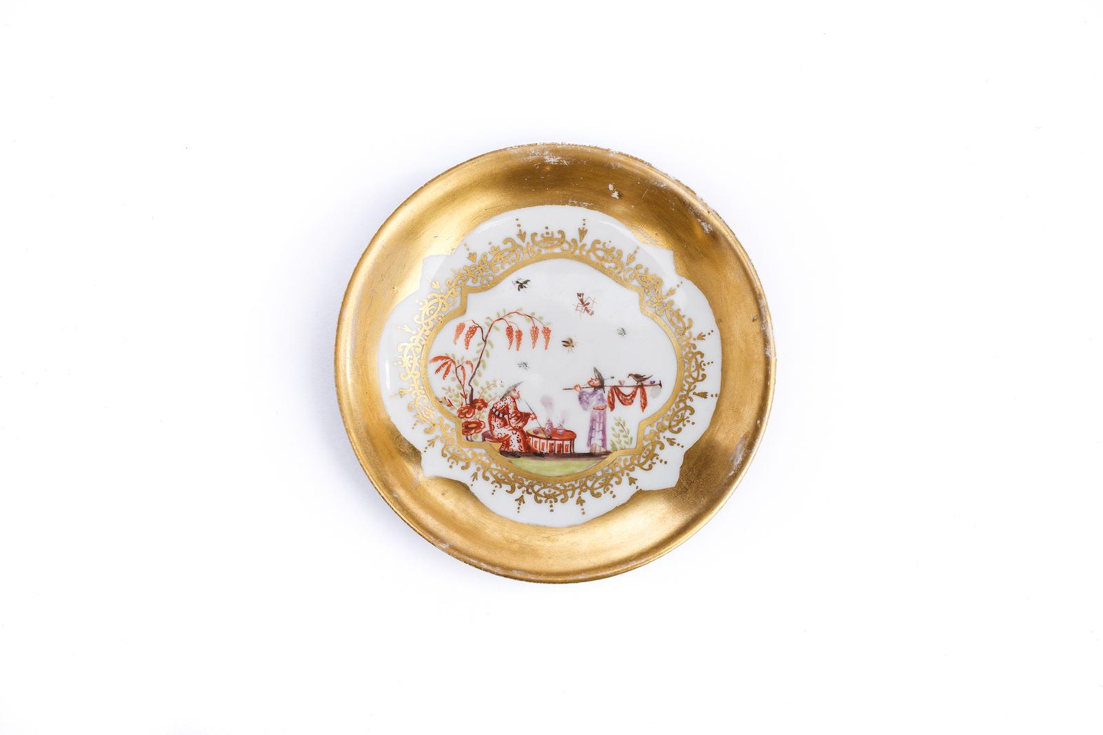 #25 Kleine Unterschale, Meissen 1730/35   A plate with a Image