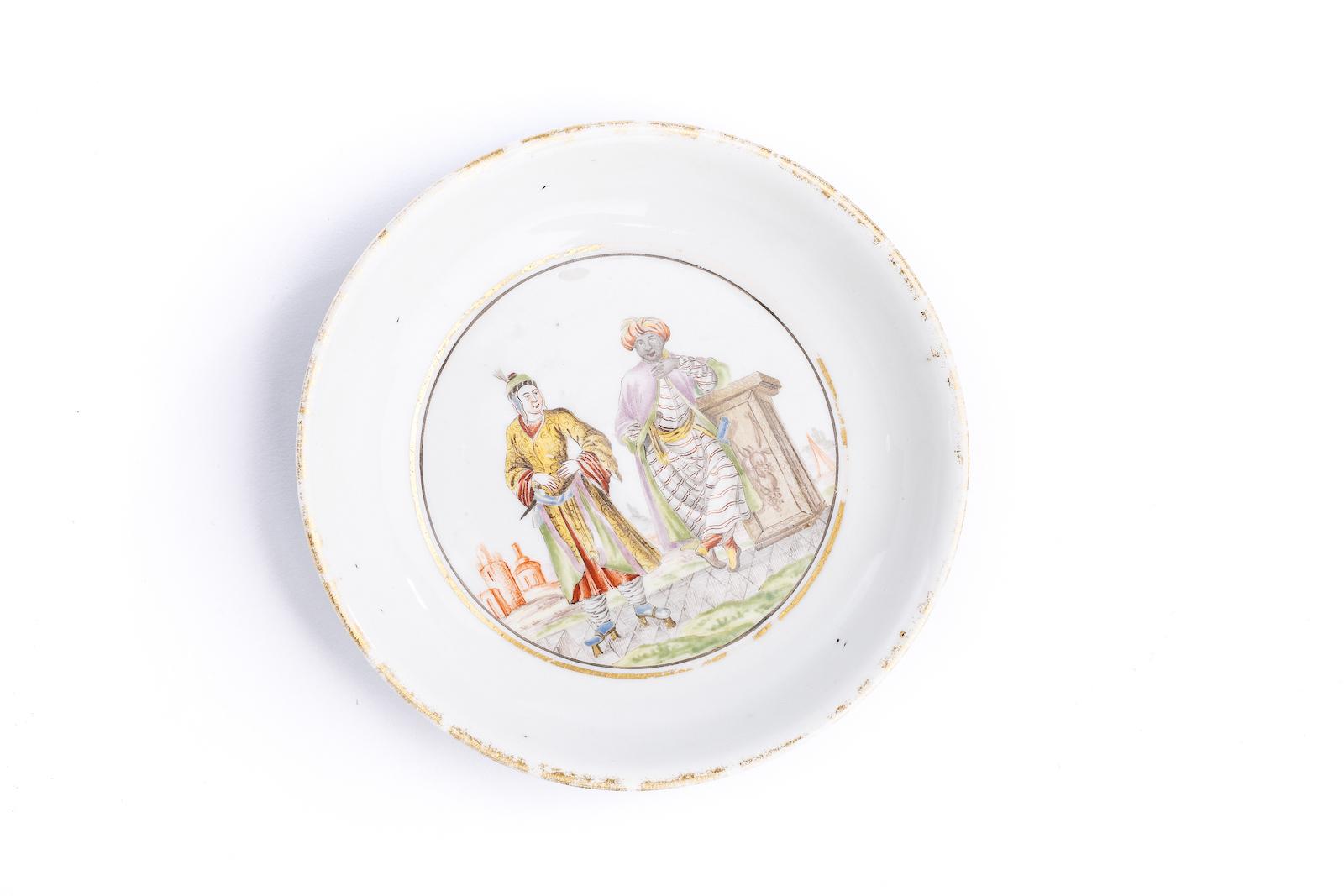 #27 Kleine Unterschale, Meissen 1720/25 | A plate decorated with two men of different cultures, Meissen 1720/25 Image