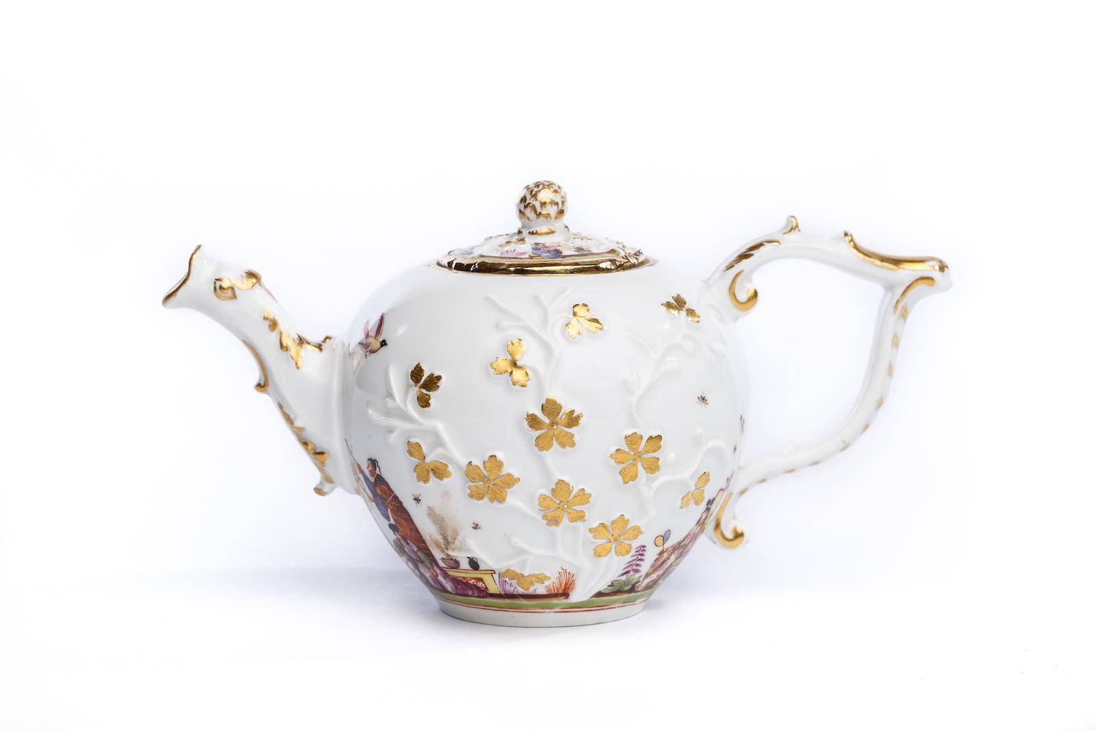 #40 Teekanne, Meissen 1730 | A teapot with Image