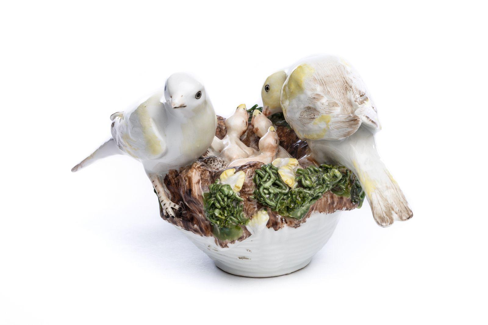 "#49 Porcelain group ""Bird couple with cubs in the nest"", Meissen 1750 | Porzellangruppe ""Vogelpaar mit Jungen im Nest"", Meissen 1750 Image"