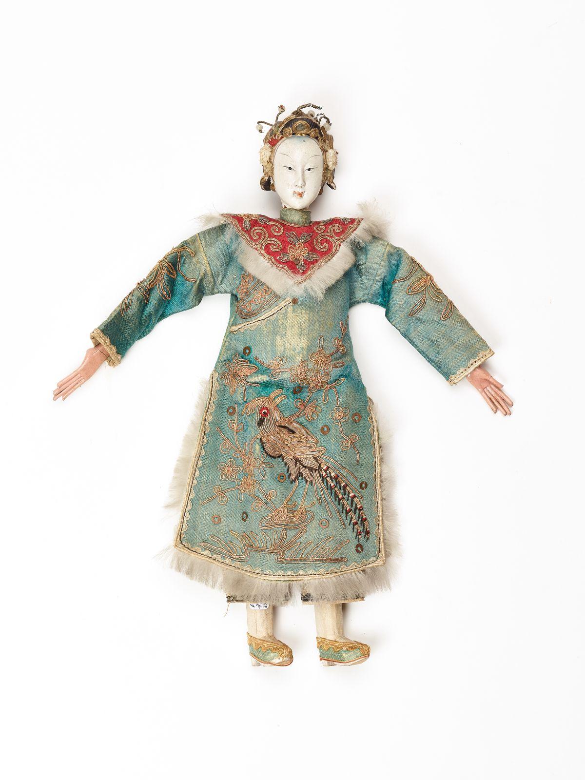 #177 A precious Chinese puppet of a Manchu court Lady, Qing Dynasty | Eine kostbare chinesische Marionette einer Mandschu-Hofdame, Qing-Dynastie Image