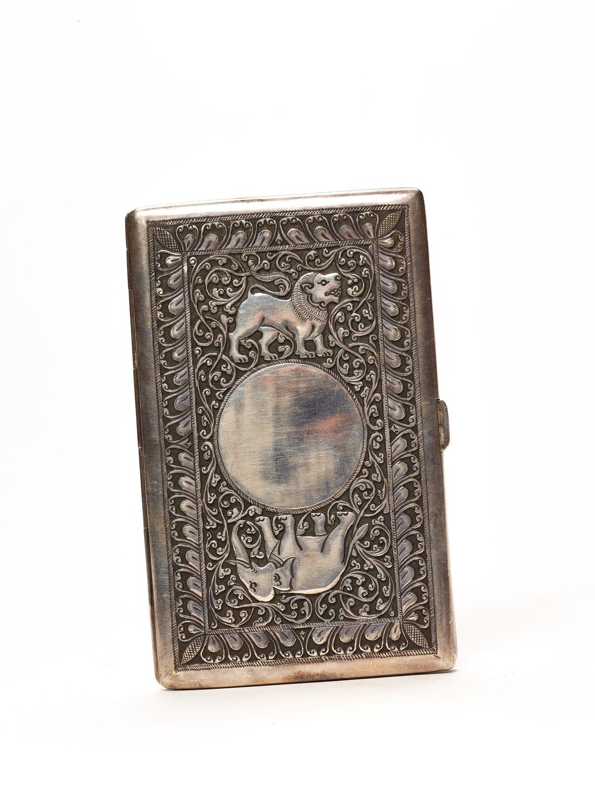 #187 A Thai embossed and engraved Silver Cigarette Box c. 1920 | Eine thailändisch geprägte und gravierte silberne Zigarettenschachtel c. 1920 Image