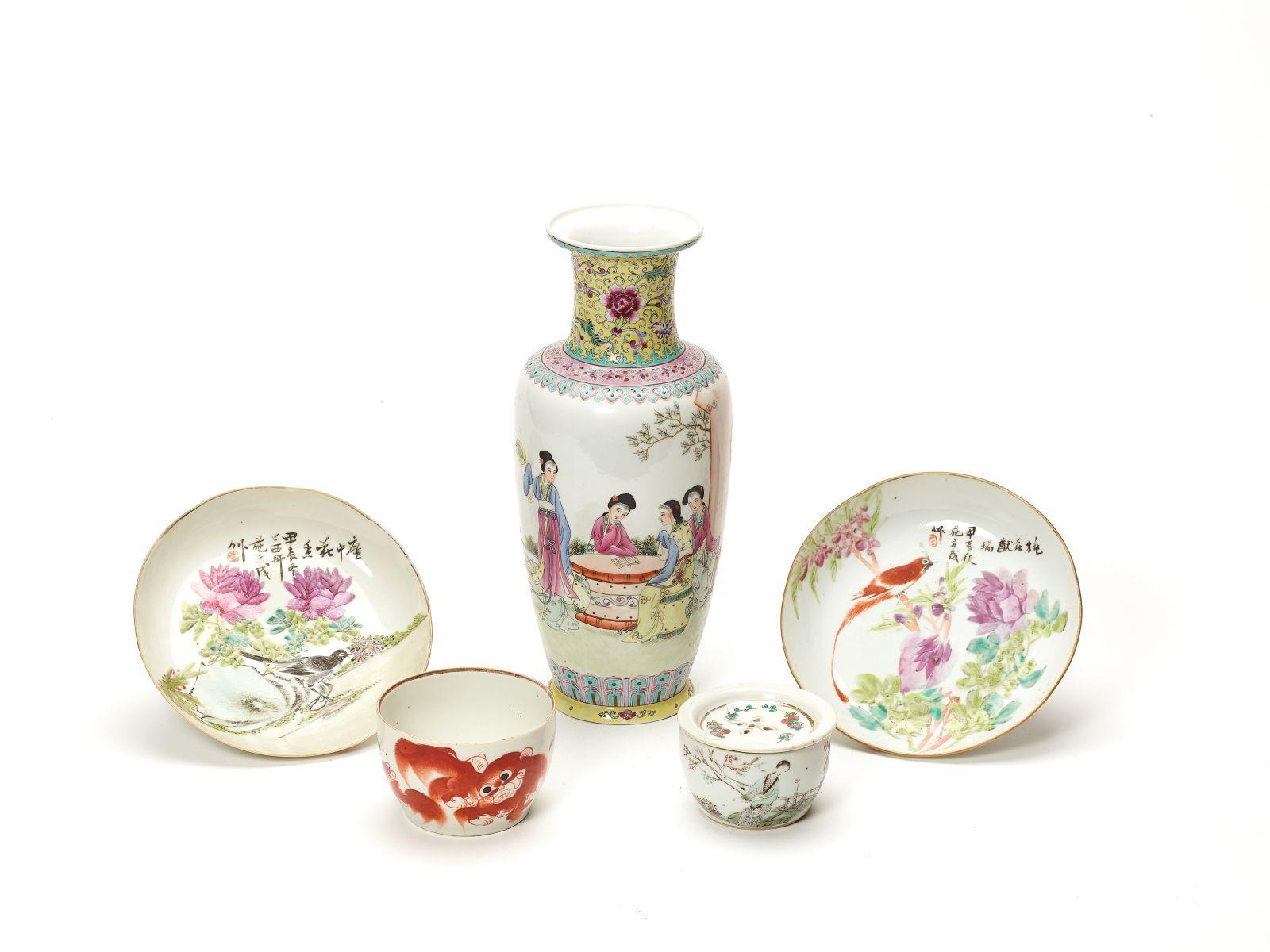 #204 A group of Chinese porcelain objects, Republic Period | Eine Gruppe chinesischer Porzellanobjekte aus der Zeit der Republik Image