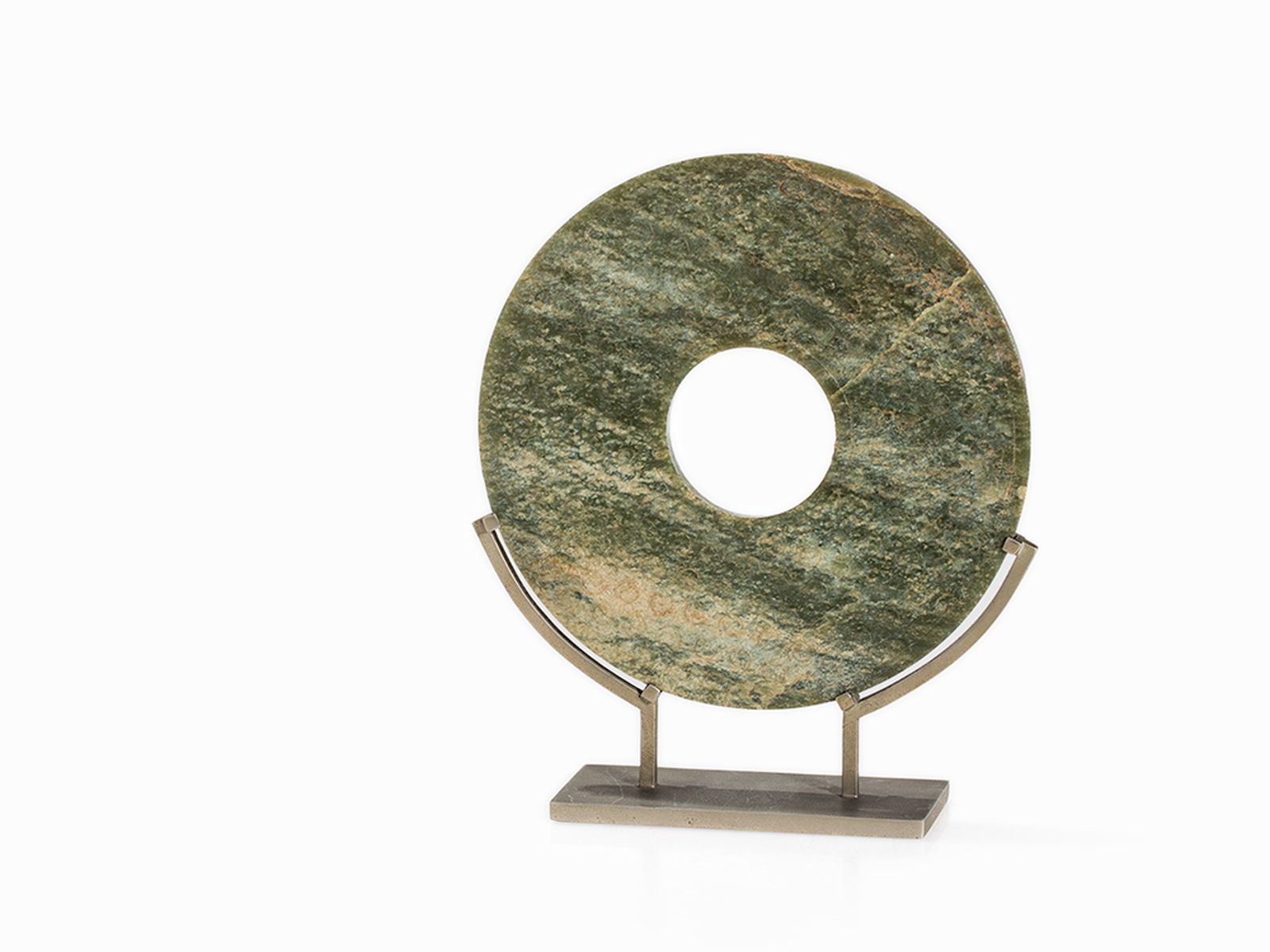 #70 Jade BI disc in Archaistic style, Qing Dynasty | Jade BI Scheibe im Archaistischen Stil, Qing-Dynastie Image