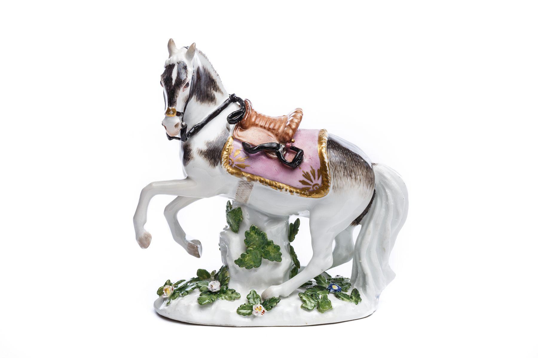 #30 Saddled horse with brown saddle, Meissen 1720 | Gesatteltes Pferd mit braunem Sattel, Meissen 1720 Image
