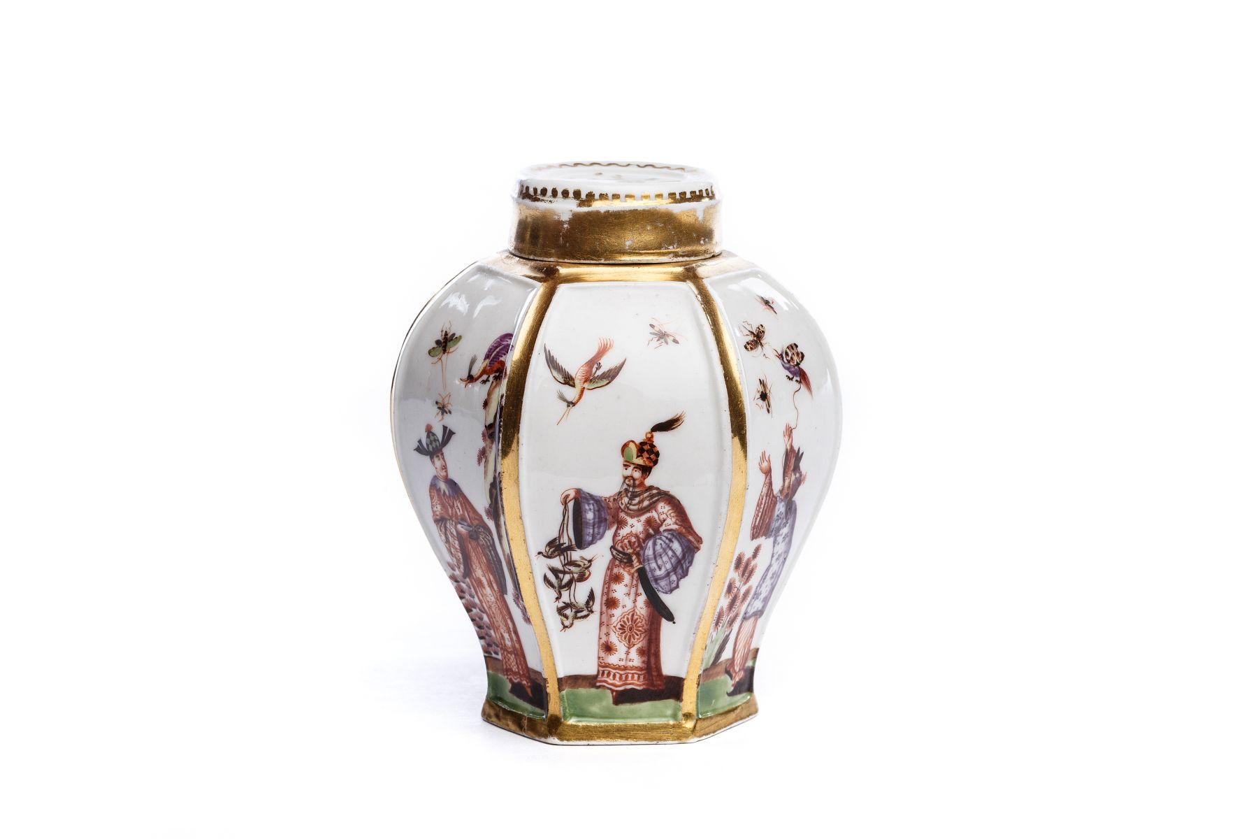#32 Tea tin with chinoiserie scenes, Meissen 1725/30 | Teedose mit Chinoiserie Szenen, Meissen 1725/30 Image