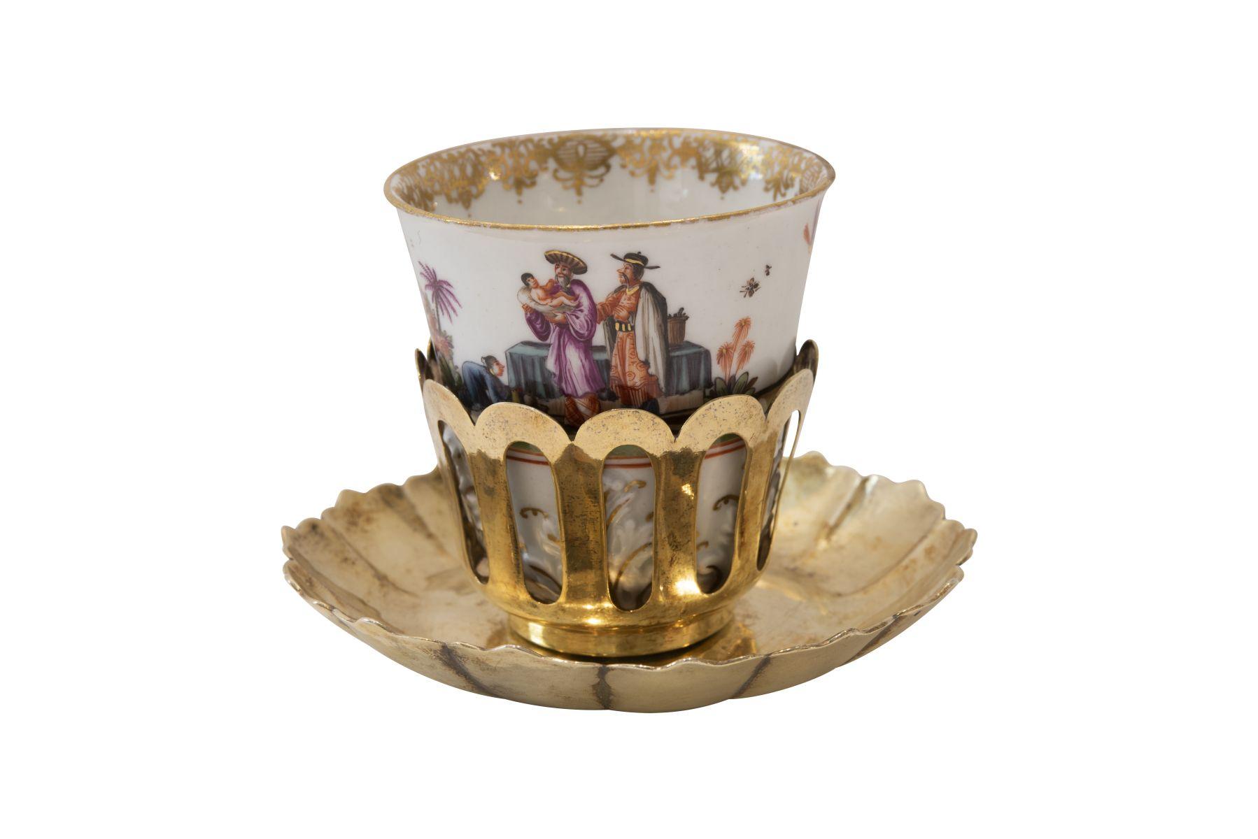 #100 A Meissen chinoiserie beaker and silver-gilt trembleuse stand ca. 1735   Becher mit Akantusblüten in einer vergoldetes Silber Trembleuse um 1735 Image