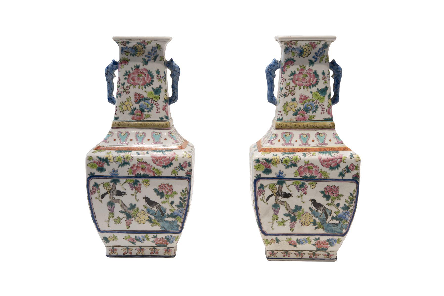 #182 2 Famille rose vases with handles | 2 Famille rose Vasen mit Henkeln Image