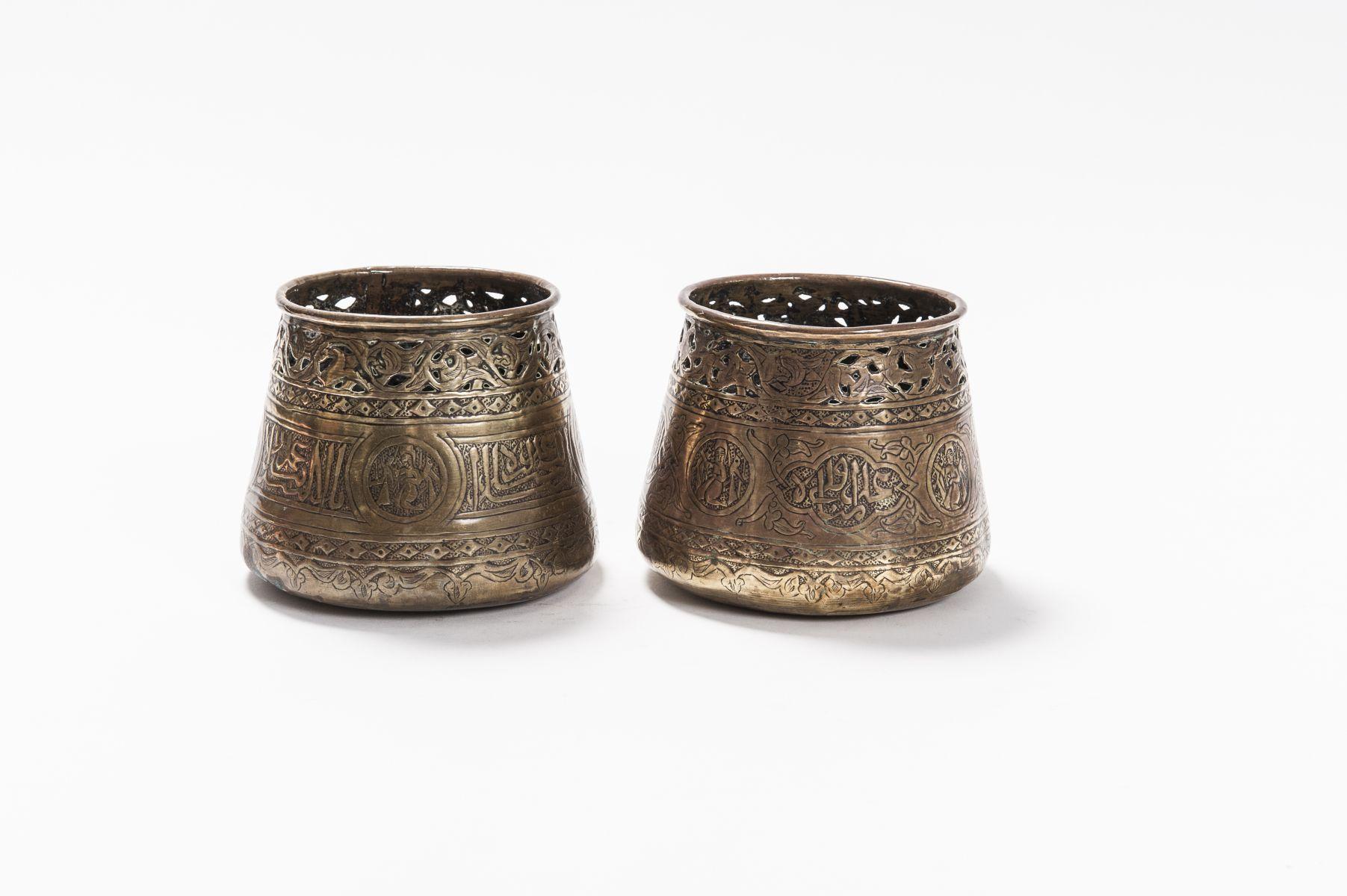 #77 2 Decorative Indo-Persian Repousse Copper Cups, 19th C.   2 dekorative indo-persische Repousse-Kupferbecher, 19. Jh. Image