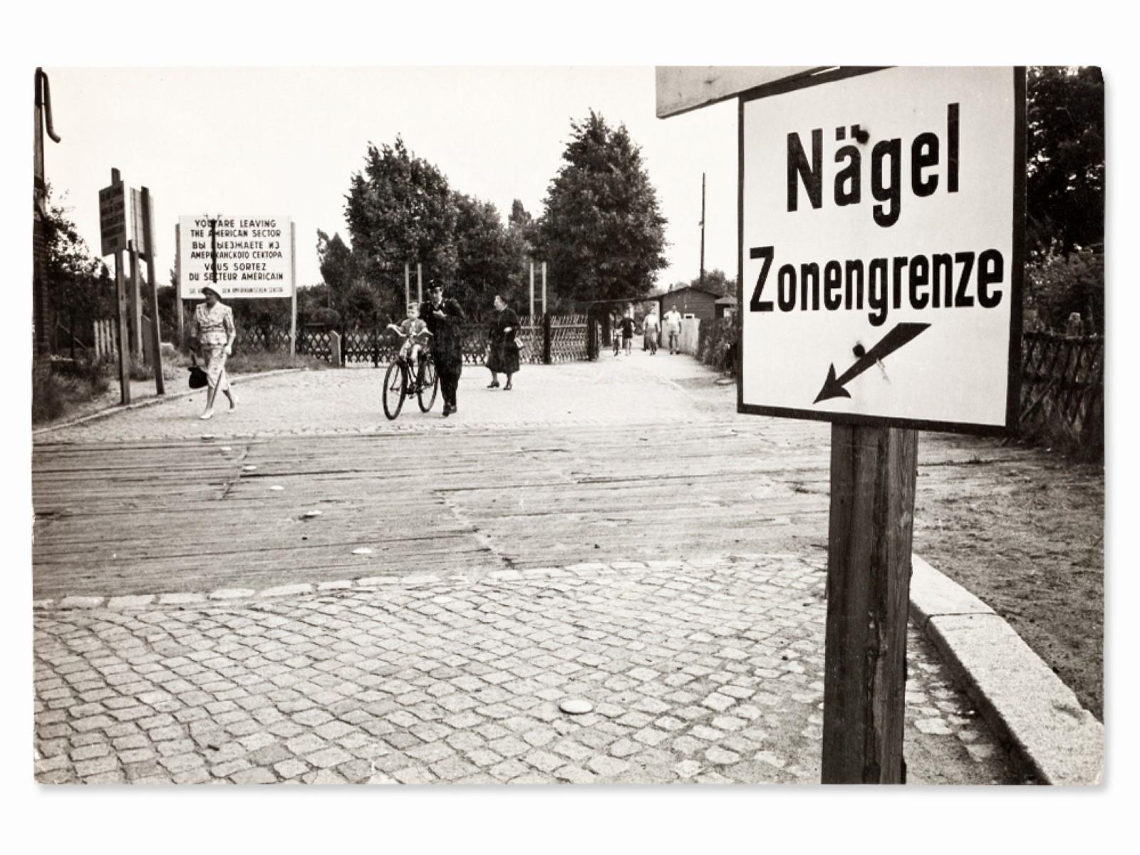 #109 Erich Lessing* (1923-2018), Nails Zone Border, Berlin, 1958 | Erich Lessing* (1923-2018), Nägel Zonengrenze, Berlin, 1958 Image